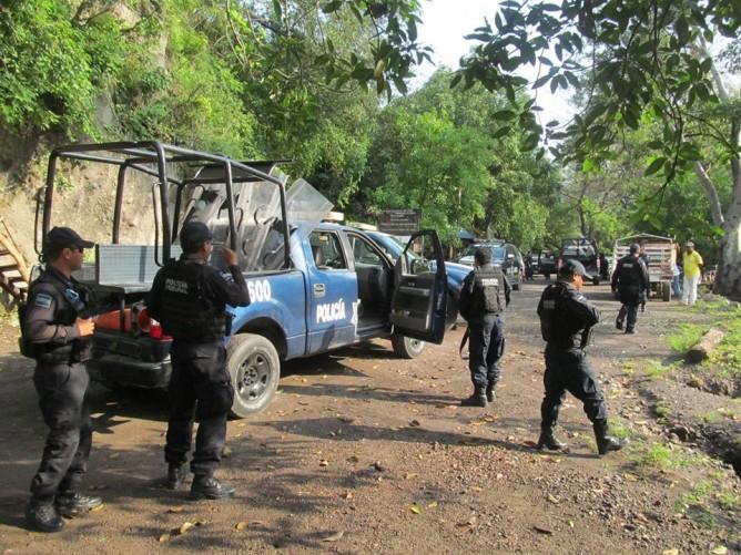 El arribo de la Policía Federal al manantial de Zacualpan.